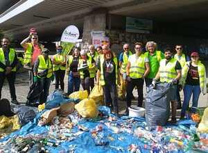 Müll sammeln in biodiversen urbanen Räumen im Triesterviertel in Favoriten