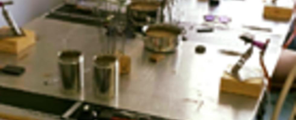 Arbeitsplatz am 2-Gasbrenner fürs Glasperlenmachen