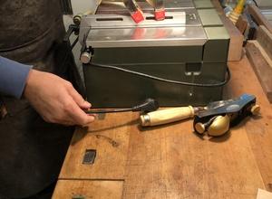 Arbeitsplatz mit Werkzeug für Holz und Metall