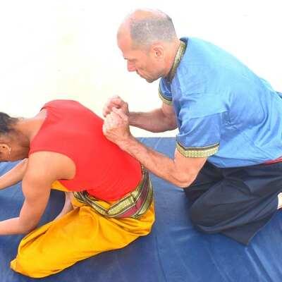 suche kleinen Raum fuer Thai Yoga Massage Schule und Massagen fuer Schwangere